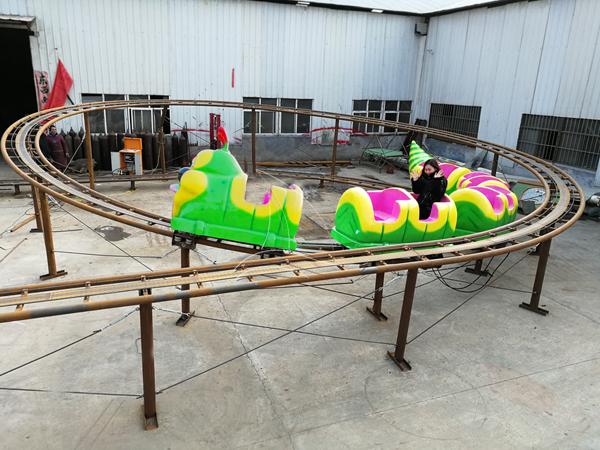 Worm roller coaster rides